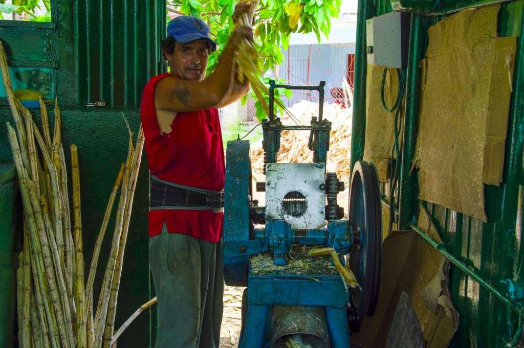 Процесс производства тростникового сока на Кубе