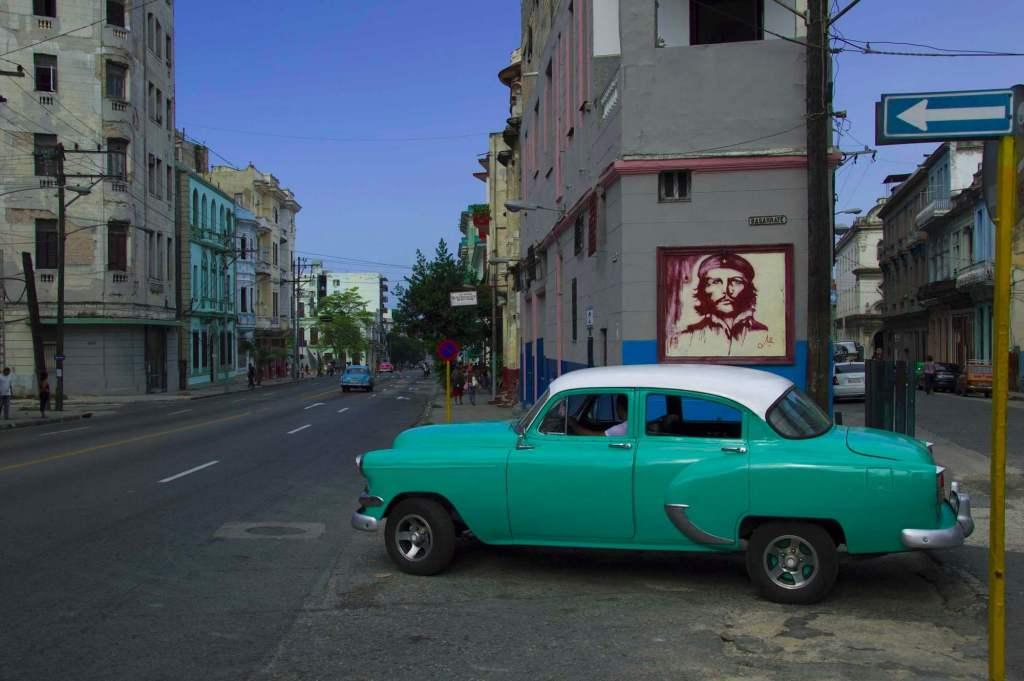 Ресто автомобиль на фоне портрета Че Гевары - Гавана