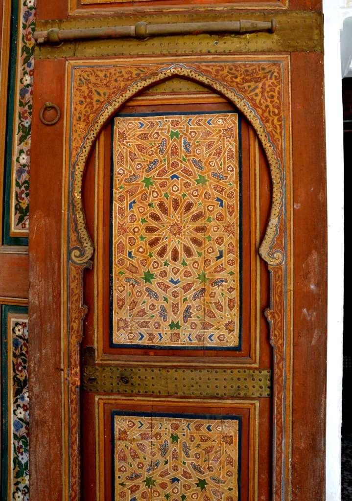 Дверь с орнаментом