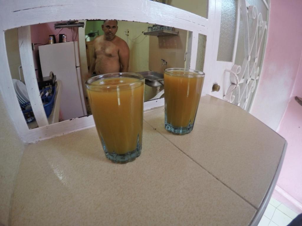 Два стеклянных стакана сока