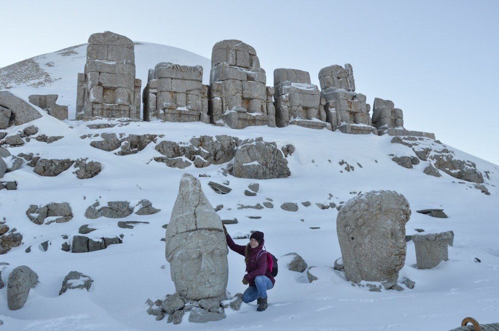 Каменные статуи на горе Немрут в Адыямане