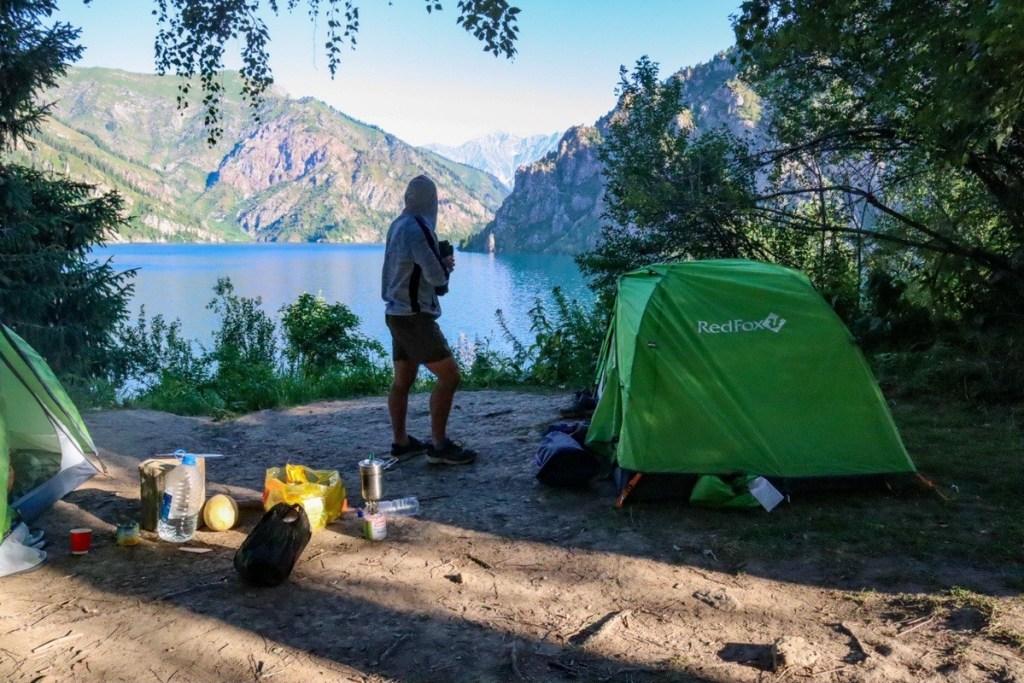 Палатка у озера в горах