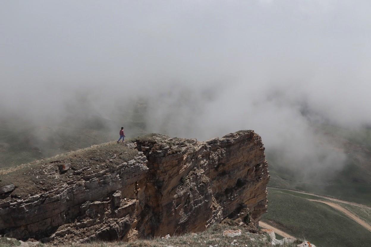 человек в тумане над обрывом
