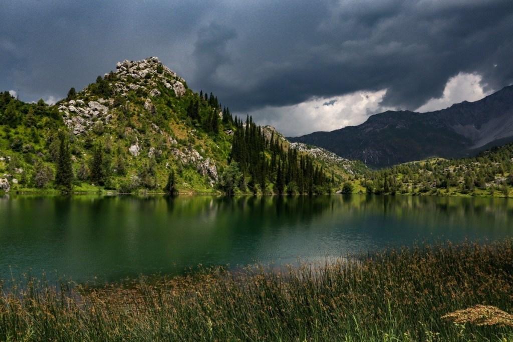 Гроза в горах — отражение туч в озере