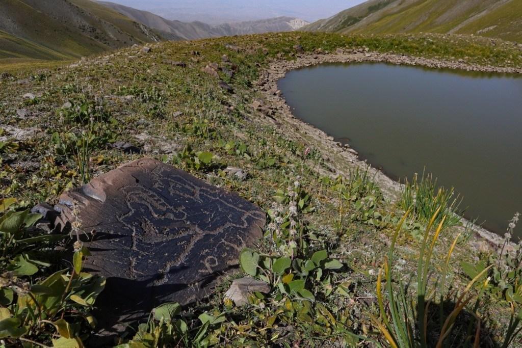 Петроглифы у озера в Киргизии