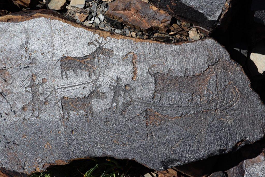 Люди и кони — изображение на базальте
