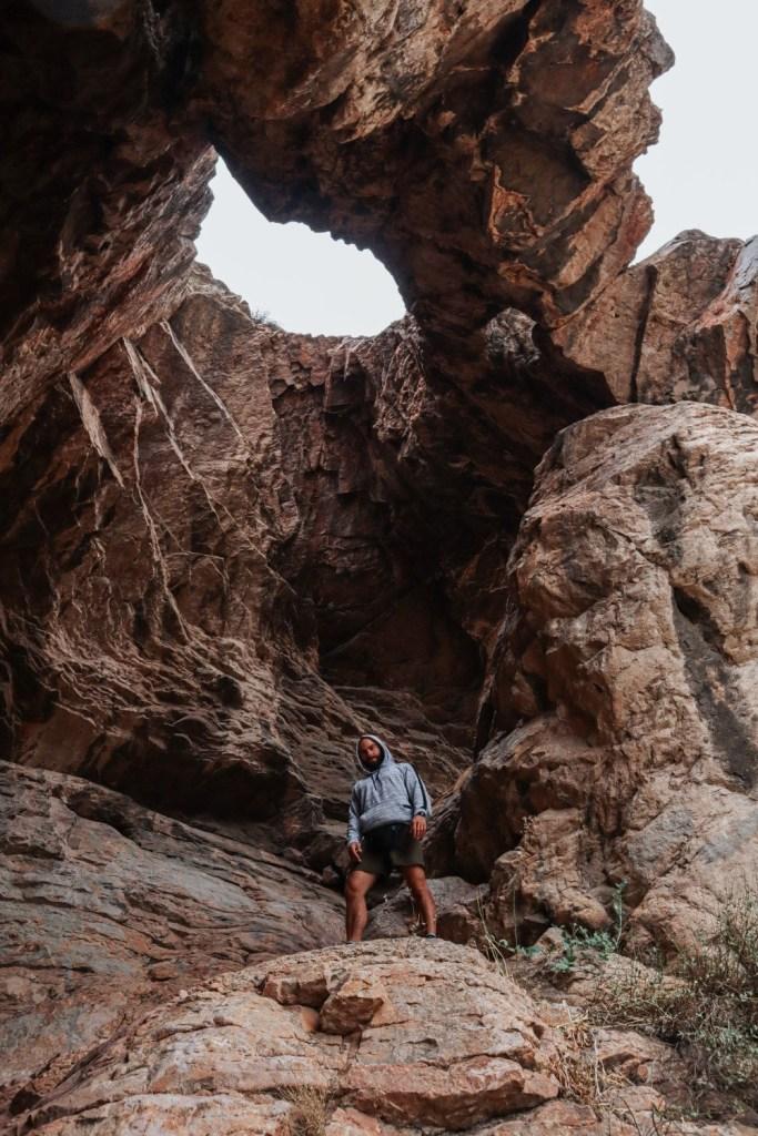 Внутри пещеры с отверстием в куполе