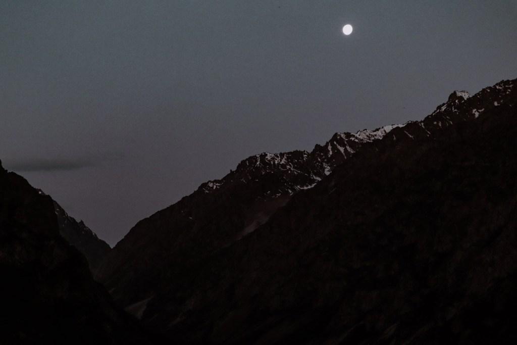 луна над скалами