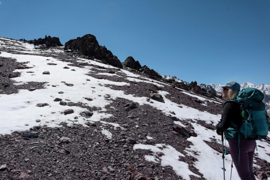 девушка на фоне снежных гор