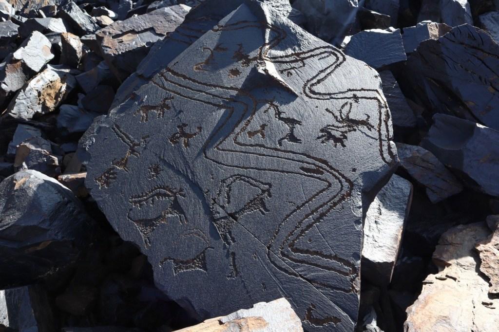 расписной камень