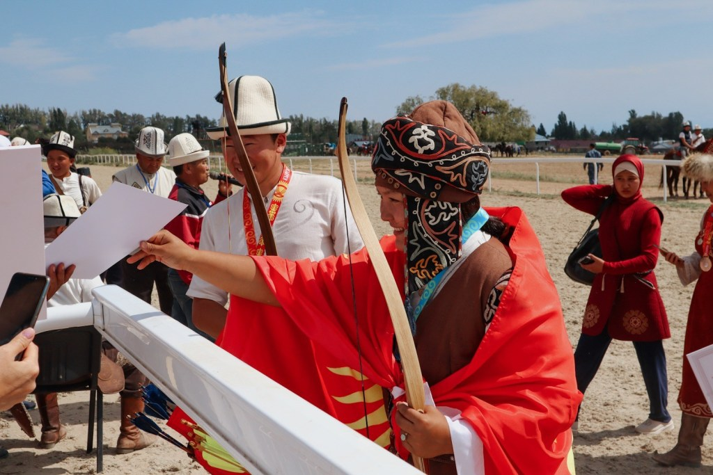 женский головной убор — киргизия
