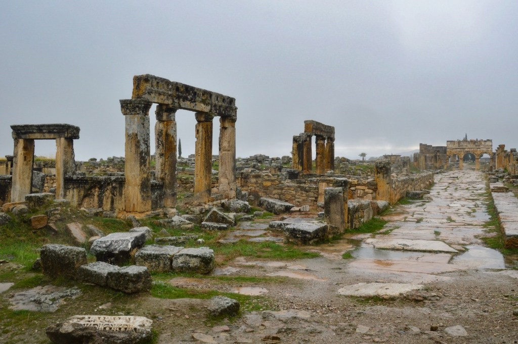 Руины — колонны и мощеная улица