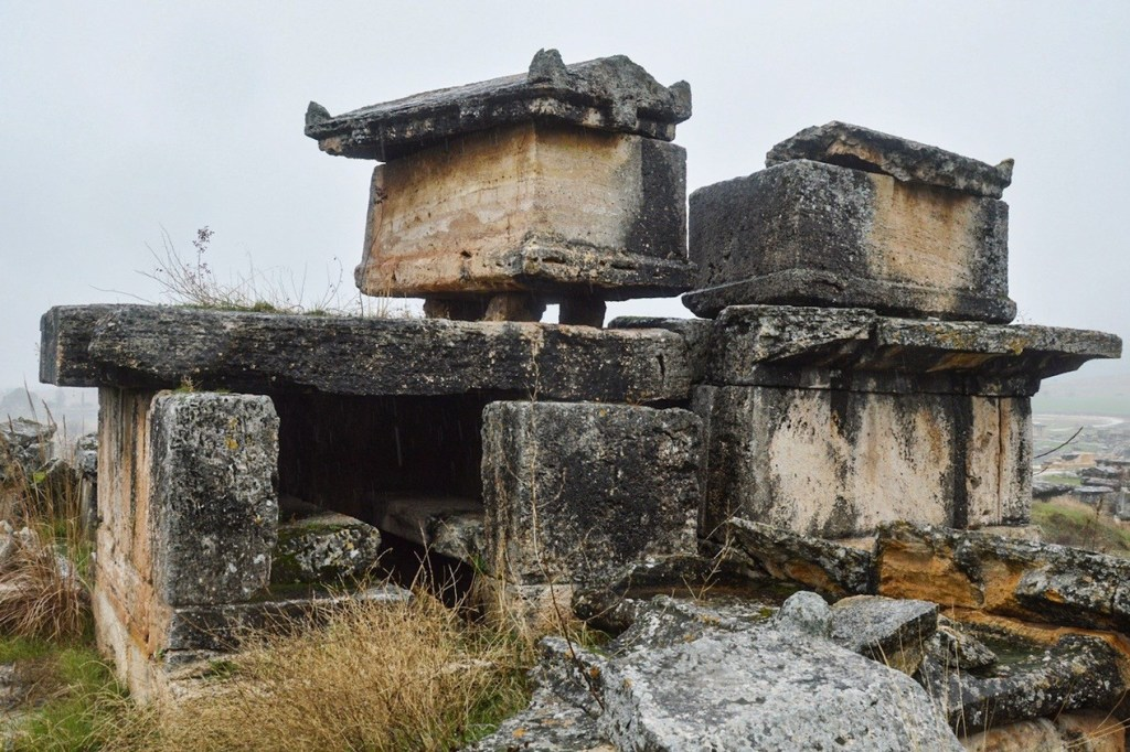 каменный гроб на подставке