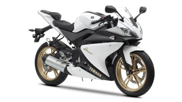 2012-Yamaha-YZF-R125-EU-Absolute-White-Studio-001