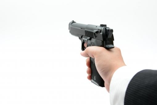 もし警察官がけん銃を構えている現場に遭遇してしまったら、すべきこと、してはいけないこと