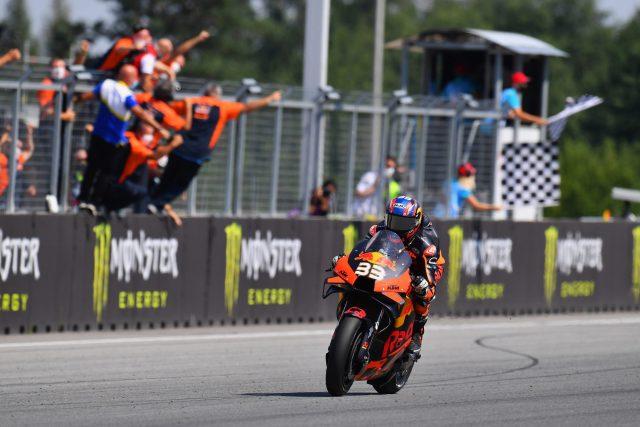 Brad Binder cruza meta en su primera victoria de MotoGP