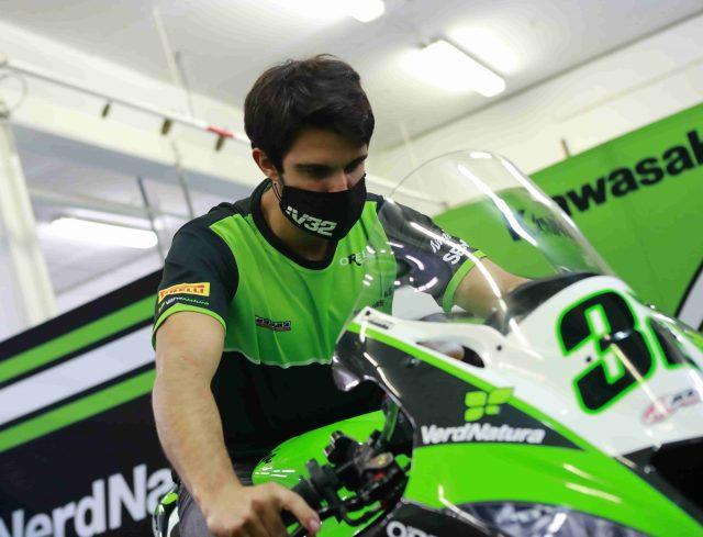 Isaac Viñales prueba el manillar de la Kawasaki del Orelac