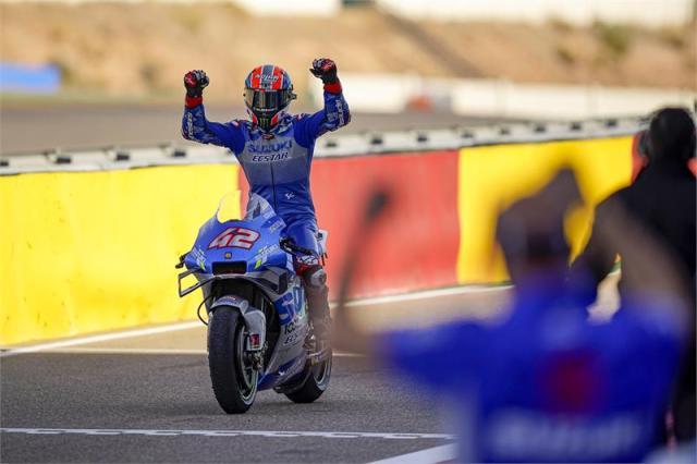 Álex Rins cruza la meta líder en Motorland Aragón