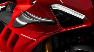 Panigale-V4R-Red-MY19-09-Gallery-906x510