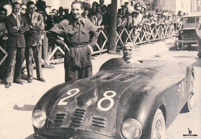 Nuccio Bertone al al volante de un Fiat 500