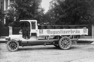 Augustiner Bräu gehörte zu den ersten MAN-Kunden überhaupt; schon um 1915 fuhr die Brauerei ihre Bierfässer mit einem Fahrzeug von M.A.N.-Saurer aus.