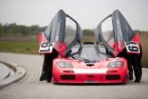 """Über die typischen, vorne angeschlagenen Flügeltüren verfügt auch die mit dem Zusatz """"GTR"""" versehene Rennversion des McLaren F1. (Werksfoto)"""