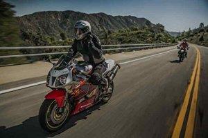 Mehrere Motorradfahrer mit Motorrad Headset