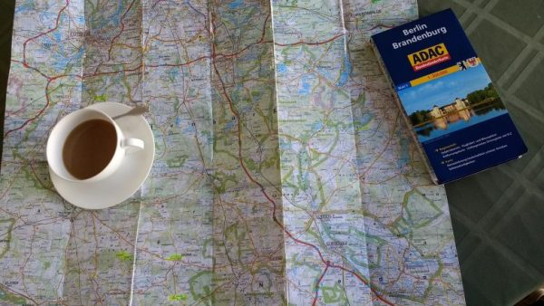Landkarte mit Teetasse für die Planung der Motorradtour Westhavelland