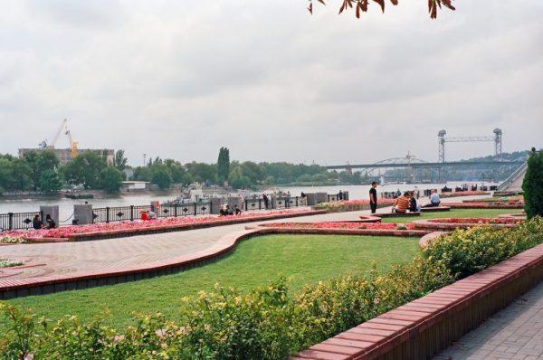 Uferpromenade am Don in Rostow n. D. (Russland) mit Wiese, Blumen und Mäuerchen