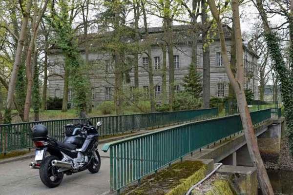 Schloss Kossenblatt, Lkr. Oder-Spree, mit einem Motorrad Yamaha FJR 1300 auf einer Bruecke im Vordergrund, besucht bei einer Motorradtour Dahme Heideseen