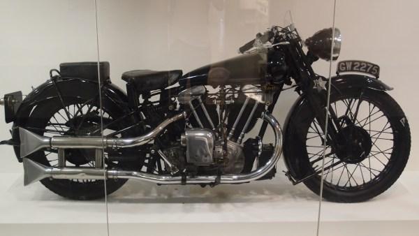 Motorrad Brough Superior SS 100, mit der T. E. Lawrence als Motorradfahrer im Geschwindigkeitsrausch tödlich verunglückte als Beispiel für einen Motorradfahrer im Geschwindigkeitsrausch