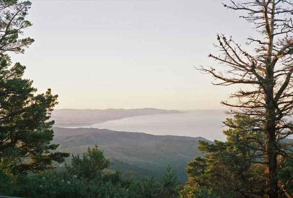 Blick auf die Pazifikküste vom Gipfel des Mt. Tam bei einer Motorradtour auf den Mt. Tamalpais in Kalifornien