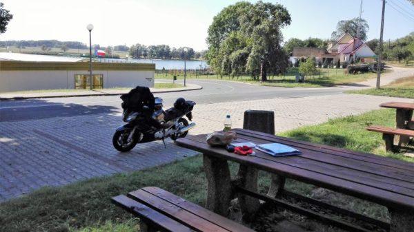 Motorrad Yamaha FJR 1300 an einem Picknicktisch an der Oderfähre bei Güstebiese (Gozdowice)