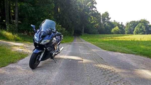 Yamaha FJR 1300 auf Plattenweg im Mueritz-Nationalpark bei einer Motorradtour zur Havelquelle