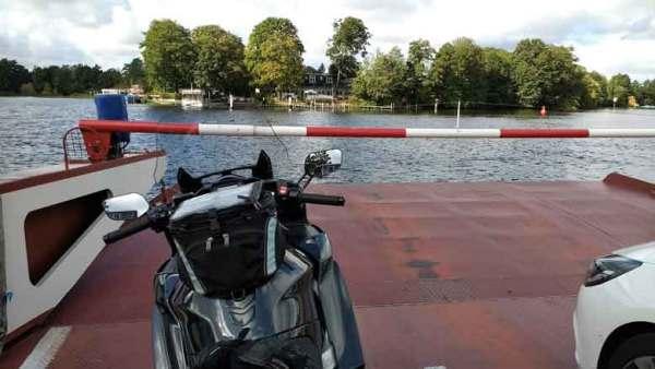 Autfofähre von Berlin Heiligensee nach Spandau bei einer Motorrad-Pilgertour nach Wilsnack mit Yamaha FJR 1300 in Pole Position