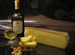 Fromage Comté mit einer Flasche und einem Glas Vin Jaun