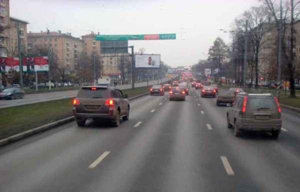 Fahrsicherheit mit dem Motorrad in der Großstadt: Leninski-Prospekt in Moskau mit dichtem Strassenverkehr