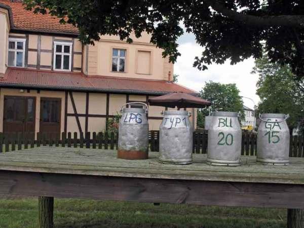 Milchkannen in Stölln in Brandenburg mit der Aufschrift LPG Typ 1 und BuGa 2015, aufgenommen bei einer Prignitztour zur Plattenburg