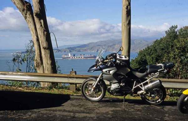 BMW R 1200 GD mit Aussicht auf das Meer vom Camino del Mar in San Francisco, CA