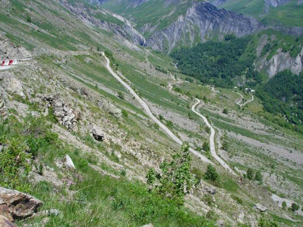Serpentinen bergab bei einer Motorradtour zur Alpe d'Huez in den französischen Westalpen