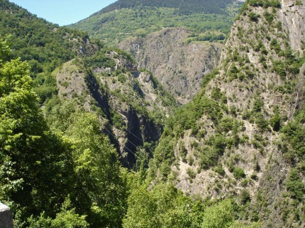 Strecke durch die Gorges du Romanche bei einer Motorradtour zur Alpe d'Huez in den französischen Westalpen