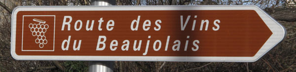 Strassenschildes der Weinstrasse im Beaujolais mit der Aufschrift Route des Vins du Beaulolais