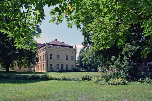 Schloss Nennhausen in Brandenburg vom Park her gesehen, Auftakt einer Romanik-Motorradtour
