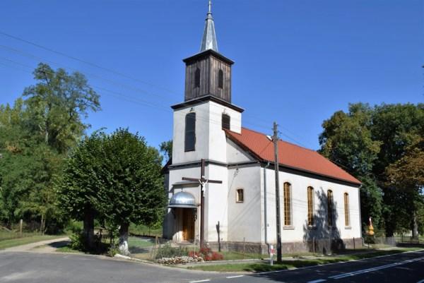 Weiss gestrichene Schinkelsche Normalkirche in Alt Rüdnitz (Stara Rudnica) in der Neumark