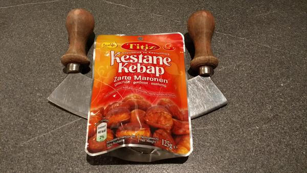 Wiegemesser mit einer Packung Maronen als Grundlage für ein Rezept für Maronenbrot mit Nüssen und Rotwein