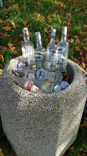 Abfalleimer aus Betonformstein mit leeren Wodkaflaschen in Sarbinowo