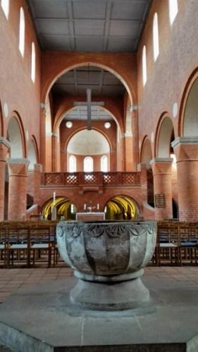 Taufstein Klosterkirche Jerichowmit Blick in das romanische Hauptschiff: Highlight einer Romanik-Motorradtour