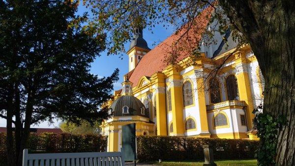 Klosterkirche Neuzelle zwischen Eisenhüttenstadt und Guben an der Oder, vom Park der Klosteranlage aus gesehen, bei einer Motorradtour in die Niederlausitz