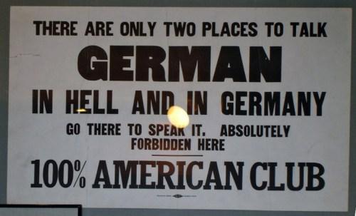 Schild mit der englischsprachigen Aufforderung, Deutsch nur in der Hölle oder in Deutschland zu sprechen