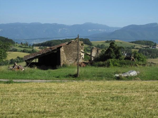 Zerfallenes Bauernhaus bei einer Motorradtour in der Chartreuse in Frankreich mit der Alpenkette im Hintergrund
